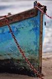 La vieja fila boated amarró en orilla del lago Imagen de archivo libre de regalías