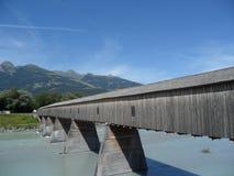 La vieja frontera Suiza y Liechtenstein del puente de madera Foto de archivo