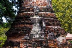 La vieja imagen de Buda de Ayutthaya Entre bastidores está una pagoda imágenes de archivo libres de regalías
