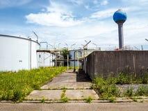 La vieja instalación resistida del tratamiento de aguas de una planta industrial cerrada grande imagen de archivo