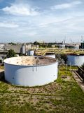 La vieja instalación resistida del tratamiento de aguas de una planta industrial cerrada grande fotografía de archivo libre de regalías
