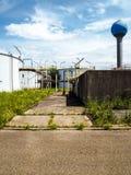 La vieja instalación resistida del tratamiento de aguas de una planta industrial cerrada grande foto de archivo libre de regalías