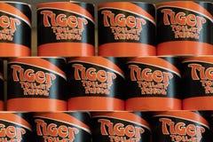 La vieja marca de Tiger Toliet Tissue Paper apiló en un estante imagen de archivo
