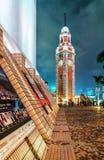 La vieja opinión de la noche de la torre de reloj Paisaje urbano de Hong-Kong Imágenes de archivo libres de regalías