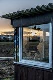 La vieja oscuridad espeluznante abandonó puesta del sol rota casa sucia destructiva de las ventanas Fotografía de archivo