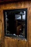 La vieja oscuridad espeluznante abandonó ventanas rotas casa sucia destructiva Foto de archivo
