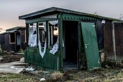 La vieja oscuridad espeluznante abandonó ventanas rotas casa sucia destructiva Fotografía de archivo libre de regalías