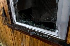 La vieja oscuridad espeluznante abandonó ventanas rotas casa sucia destructiva Fotos de archivo libres de regalías