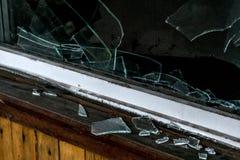 La vieja oscuridad espeluznante abandonó ventanas rotas casa sucia destructiva Imagenes de archivo