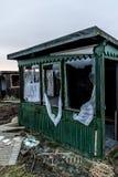 La vieja oscuridad espeluznante abandonó ventanas rotas casa sucia destructiva Fotografía de archivo