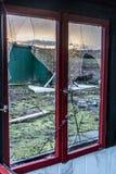 La vieja oscuridad espeluznante abandonó ventanas rotas casa sucia destructiva Imagen de archivo libre de regalías