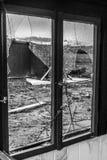 La vieja oscuridad espeluznante abandonó ventanas rotas casa sucia destructiva Foto de archivo libre de regalías