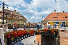 La vieja plaza en el centro histórico de Sibiu fue construida en el siglo XIV, Rumania imagen de archivo