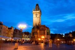 La vieja plaza en la noche en el centro de Praga Foto de archivo libre de regalías