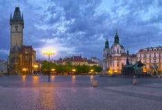 La vieja plaza y un campanario en la ciudad de Praga Fotografía de archivo libre de regalías