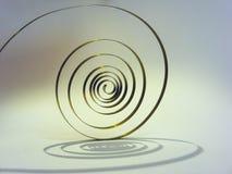 la vieja primavera en el péndulo bajo la forma de espiral es el corazón del reloj Fotografía de archivo libre de regalías