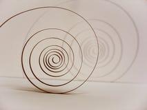 la vieja primavera en el péndulo bajo la forma de espiral es el corazón del reloj Imagenes de archivo