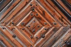 La vieja puerta de madera con hierro forjó la decoración Primer, textura de viejo foto de archivo
