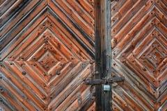 La vieja puerta de madera con hierro forjó la decoración Primer, textura de viejo fotos de archivo libres de regalías