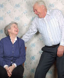 La vieja risa feliz de los pares hasta una grita fotografía de archivo
