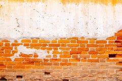 La vieja textura roja de la pared de ladrillo dañó el fondo en blanco abstracto de Brown Stonewall Foto de archivo libre de regalías