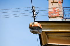 La viejas lámpara de calle y esquina con bisagras del edificio con el ladrillo instalan tubos Imagenes de archivo