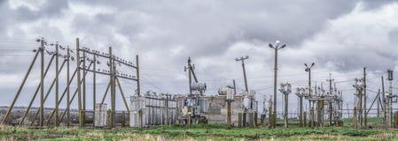 La viejas subestación y líneas eléctricas en las cercanías del pueblo con el fondo azul y del blanco de las nubes imagen de archivo libre de regalías