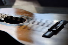 La vieux guitare et cahiers de musique se sont allumés par le soleil Image libre de droits