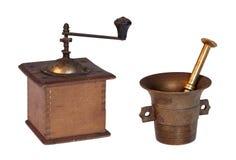 La vieux rectifieuse et mortier avec le pilon ont isolé Images libres de droits