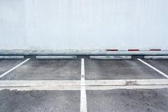 La vieux surface et blanc ont peint le signe pour la ligne à fente se garante images stock