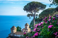 La villa facente un giro turistico Rufolo e è giardini nella regolazione della vetta di Ravello sulla linea costiera più bella de fotografie stock libere da diritti