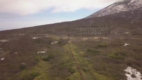 La ville abandonnée et les bâtiments ruinés dans la vieille base militaire en montagnes aménagent en parc banque de vidéos