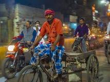 La ville allante à vélo occupée de Varanasi Photographie stock