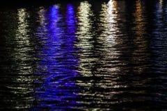 La ville allume la réflexion dans l'eau Image stock