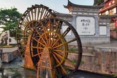La ville antique des camions-citernes de l'eau de Lijiang Photographie stock