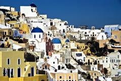 La ville d'Oia escalade vers le haut la côte dans Santorini Photos libres de droits