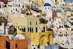 La ville d'Oia escalade vers le haut la côte dans Santorini Images libres de droits