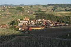 La ville de Barolo en Italie du nord photographie stock libre de droits