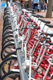 la ville de bicyclettes de Barcelone a stationné l'Espagne Photo stock