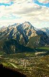La ville de la cascade de Banff et de bâti Photo stock