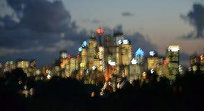 La ville de coucher du soleil allume le fond de bokeh Photos stock