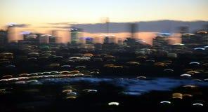 La ville de coucher du soleil allume le fond de bokeh Photos libres de droits