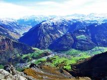 La ville de Glarus et du règlement d'Ennenda dans la vallée alpine de la rivière de Linth image libre de droits