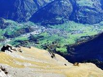 La ville de Glarus et du règlement d'Ennenda dans la vallée alpine de la rivière de Linth photos libres de droits