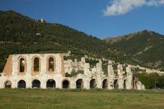 La ville de Gubbio avec l'amphithéâtre romain dans le premier plan Photographie stock