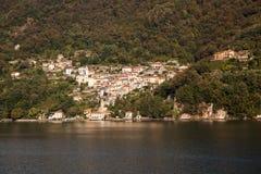La ville de lac de Nesso sur le lac Como Image libre de droits