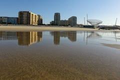 La ville de Matosinhos a réfléchi sur le sable humide Photo libre de droits