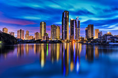 La ville de paradis de surfers de QE reflètent toujours la rivière Images libres de droits