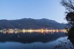 La ville de Porto Ceresio, Italie, à la frontière avec la Suisse, au crépuscule, en hiver ORSA de bâti à l'arrière-plan image libre de droits