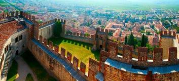 La ville de Soave, célèbres pour le vin et des raisins image stock